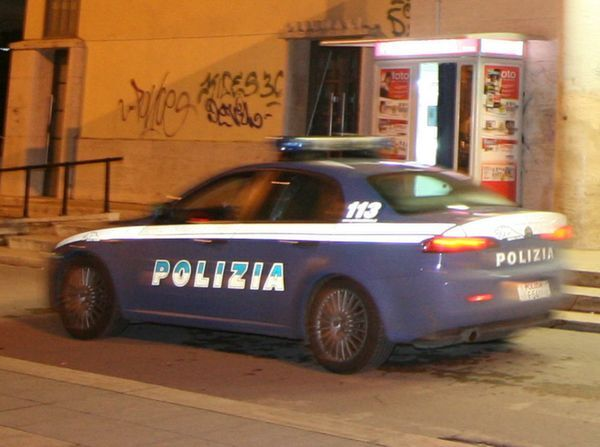 Napoli, vede la polizia e scappa: inseguito ed arrestato. Scatta il sequestro
