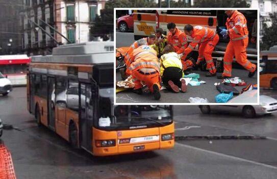 Napoli, investiti da autobus sulle strisce pedonali: due giovani in ospedale