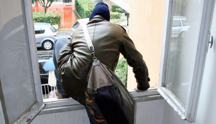 Napoli, beccati mentre cercavano di rubare in un appartamento: 3 ladri provano a scappare dalla finestra