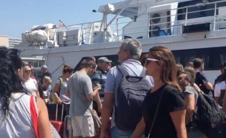 Ischia-Napoli, turisti in fuga, caos al Molo Beverello