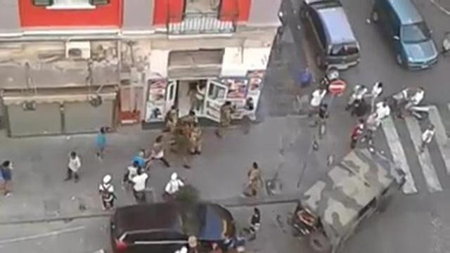 Napoli, militari circondati dagli immigrati per evitare un fermo