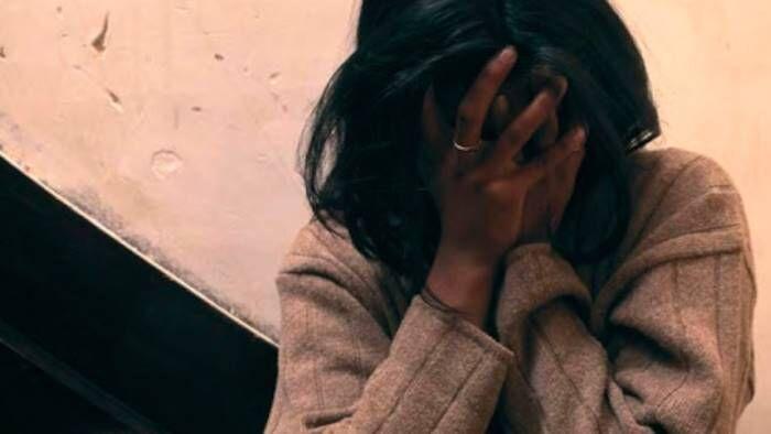"""""""Negra di m… ti faccio abortire"""". Rapina e insulti razzisti: nei guai un casertano"""