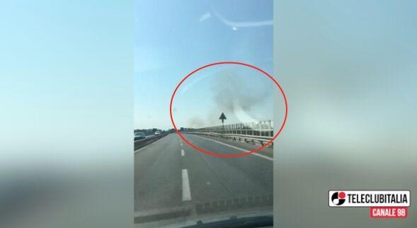 Sant'Antimo, brucia ancora l'area nord: fumo nero sull'asse mediano. VIDEO