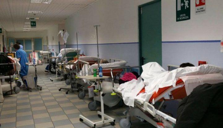 """Choc al Cardarelli, muore in corridoio: la salma  'parcheggiata' in bagno. L'ospedale: """"Non è vero"""""""