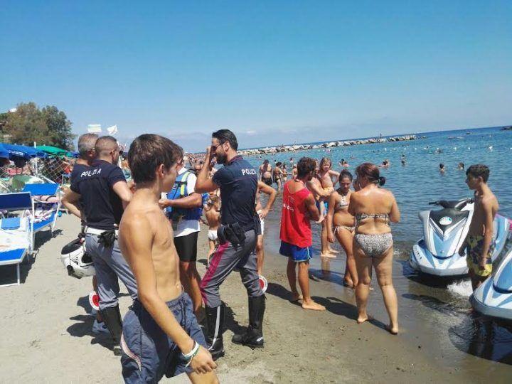 Ancona, rubano borsa sotto l'ombrellone: tre ragazzi arrestati in spiaggia