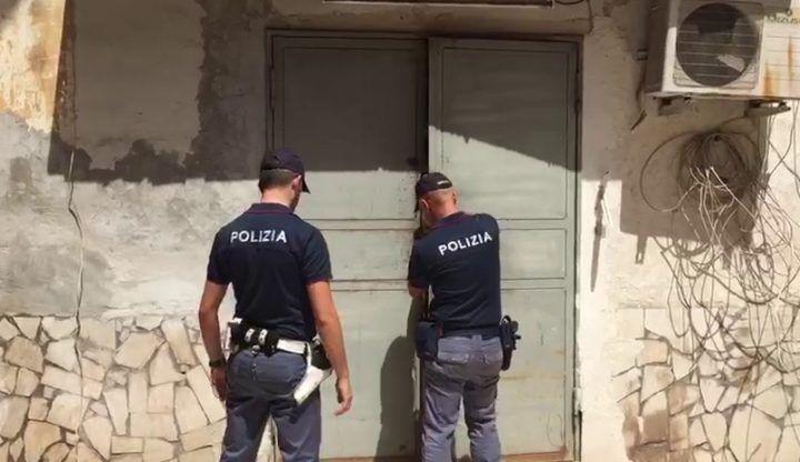 Napoli, scoperto laboratorio di borse false nella zona della stazione