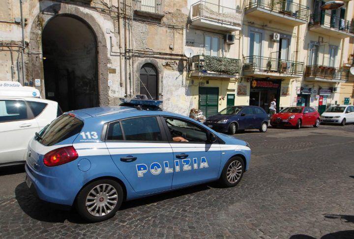 Napoli, donna disperata in strada: la polizia ritrova il figlio 17enne