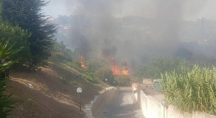 Pozzuoli, vasto incendio: evacuate decine di famiglie