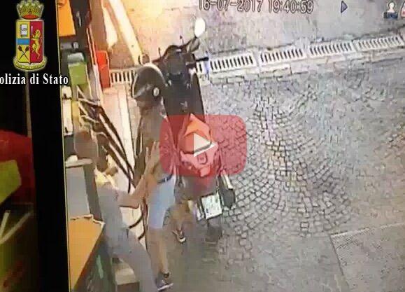Napoli: arrestato rapinatore seriale, incastrato dalle telecamere. VIDEO