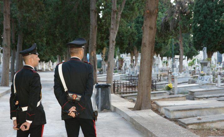 """Napoli. """"Non c'è posto per il defunto"""", arrivano i carabinieri al cimitero"""