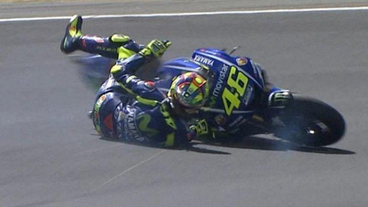 Valentino Rossi infortunio, il campione Yahama operato stanotte. VIDEO
