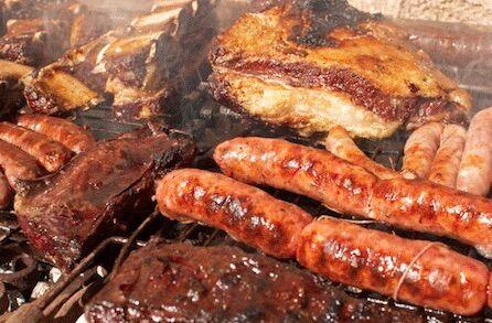 Sagra del maiale a Giugliano, vino rosso e carne alla brace