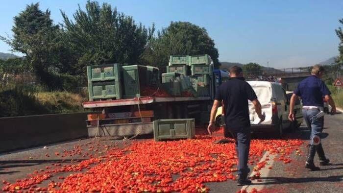 Salerno-Reggio Calabria, strada invasa da pomodori e traffico in tilt