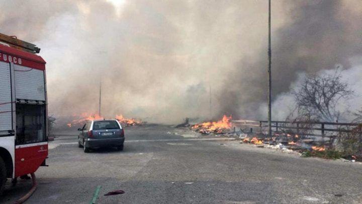 Disastro a Scampia, aria avvelenata: i preoccupanti dati dell'Arpac dopo il maxi rogo