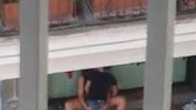 """Milano: sesso in pieno centro, coppia """"focosa"""" finisce in commissariato"""