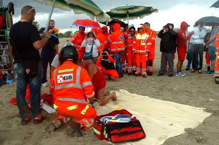 Dramma dall'Italia: bimbo di tre anni cade dal moscone in mare. È grave