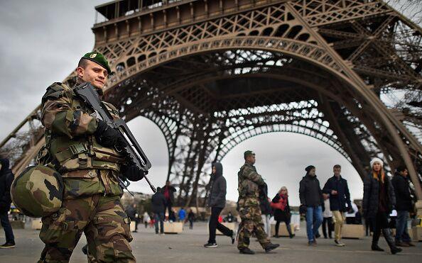 Parigi, auto investe soldati: torna l'incubo terrorismo