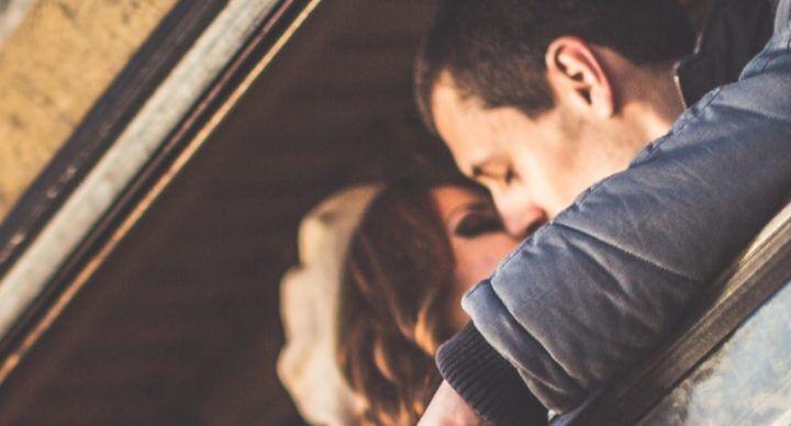 #Vadovetiportailbacio, baciatevi in stazione: al via il contest sull'amore
