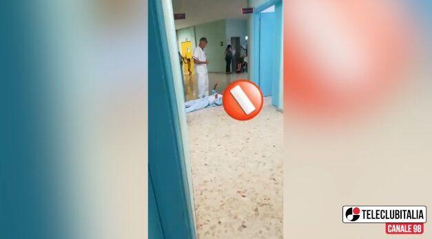 Vallo della Lucania, anziano con femore rotto striscia per terra in ospedale perché non lo operano. VIDEO