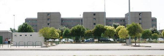 Fiamme in carcere a Santa Maria: tre agenti ustionati e diversi intossicati