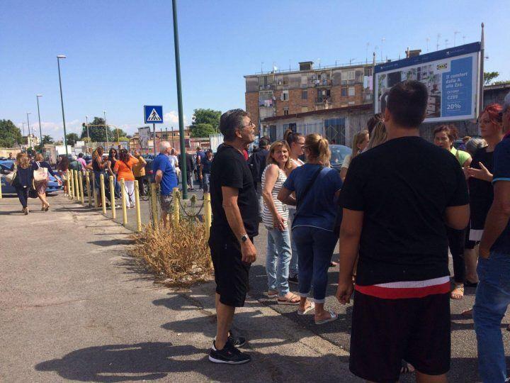 """Napoli, un intero quartiere si ribella ai Rom: """"Qui non li vogliamo"""". VIDEO"""