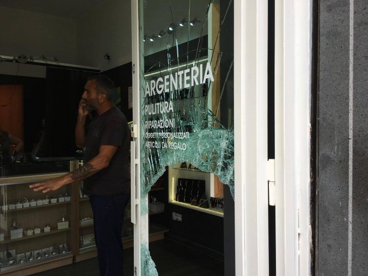 """Giugliano, assalto nella notte al negozio """"Scintille"""": svaligiata la vetrina. VIDEO"""