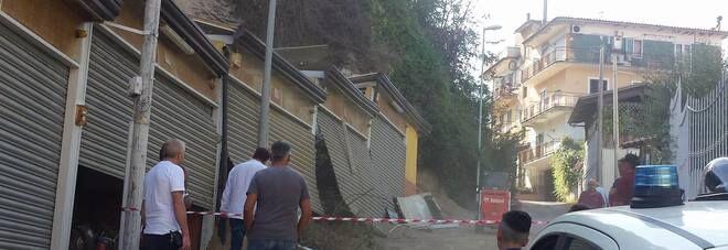 Napoli, tragedia sfiorata: una frana distrugge 4 box auto