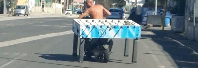 Giugliano, senza casco e maglietta trasporta un biliardino in motorino