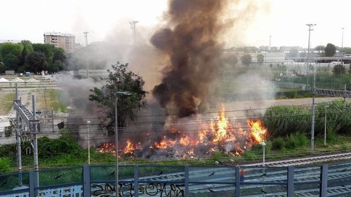 Circumvesuviana: incendio vicino ai binari. Tratta interrotta