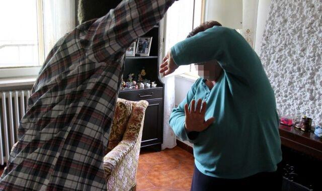 Manda la madre in ospedale, poi ai domiciliari minaccia altre persone: finisce a Poggioreale