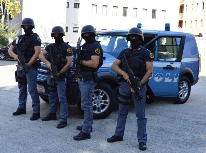 Controlli anti terrorismo, blitz della polizia a Napoli: denunciato pakistano