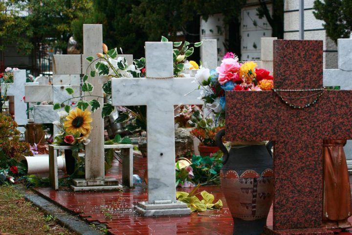 Napoli, uomo trovato impiccato al cimitero di Poggioreale: è giallo