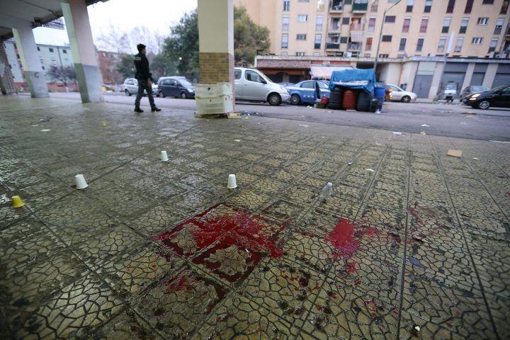 Affiliato aggredito sotto casa a Ponticelli: preso a sprangate e accoltellato