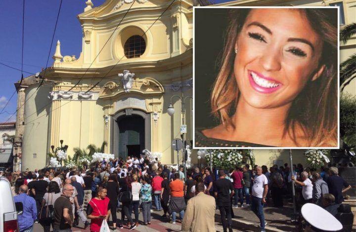 Melito, tutta la città in silenzio per i funerali di Alessandra: malore per una parente. VIDEO