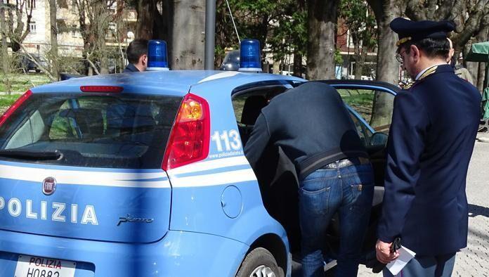 Napoli, provano a borseggiare studentessa su autobus di linea: arrestati in due. I NOMI