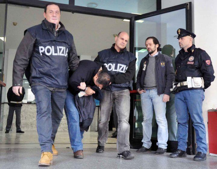 Ponticelli, appena vedono i poliziotti gettano la droga dalla finestra: arrestati in due