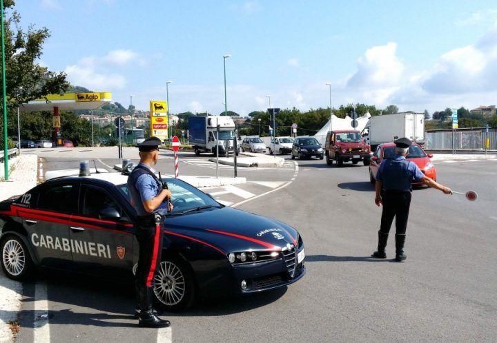 """Campania, automobilista napoletano arrestato sull'A1: nascondeva """"santabarbara"""" nello schienale"""