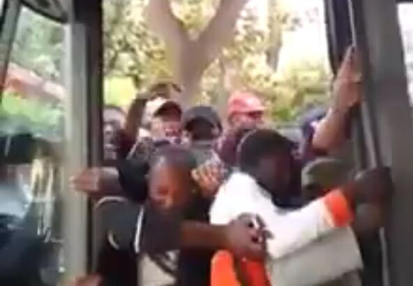"""Napoli, 'assalto' di extracomunitari all'autobus a piazzale Tecchio: """"Non si può lavorare così"""". VIDEO"""