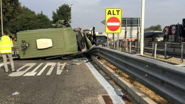 Tragedia sull'A1, si ribalta mezzo dell'esercito: un morto e tre feriti