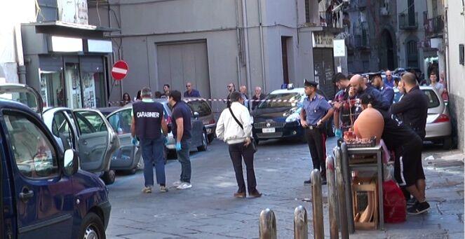 Giallo a Napoli in via Duomo: trovato cadavere in una macchina. VIDEO