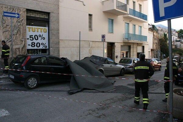 I danni del nubifragio di questa notte a Caserta: guaina e sbarre di ferro cadono da un palazzo