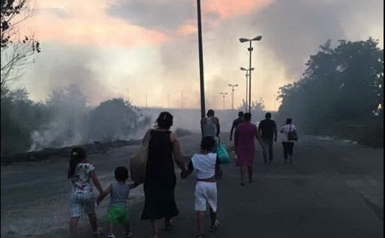 Campo rom di Scampia distrutto dalle fiamme, possibile sistemazione temporanea alla Boscariello