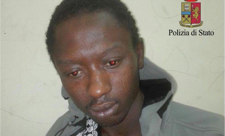 Napoli, rapina due giovani ragazze in via Marina: i poliziotti lo inseguono e lo arrestano