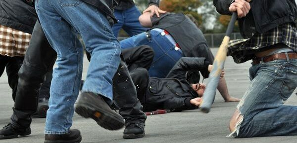 Sangue nel Casertano, uomo colpito alla testa da un bastone in una rissa: è grave