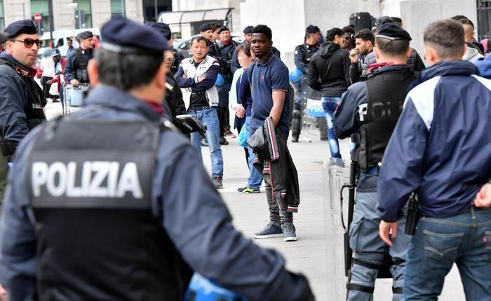 Napoli, caos in piazza Garibaldi: rivolta contro la polizia per un controllo