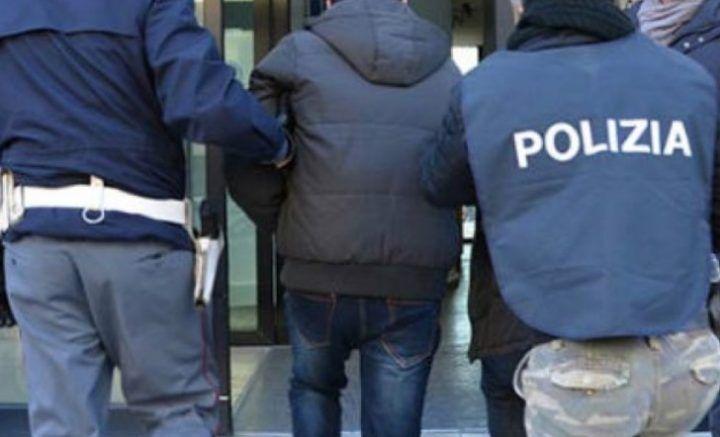 Napoli: violenta lite familiare, uomo contro moglie e figlia aggredisce i poliziotti con calci e pugni