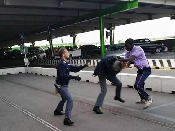 Piazza Garibaldi, in ospedale due poliziotti aggrediti