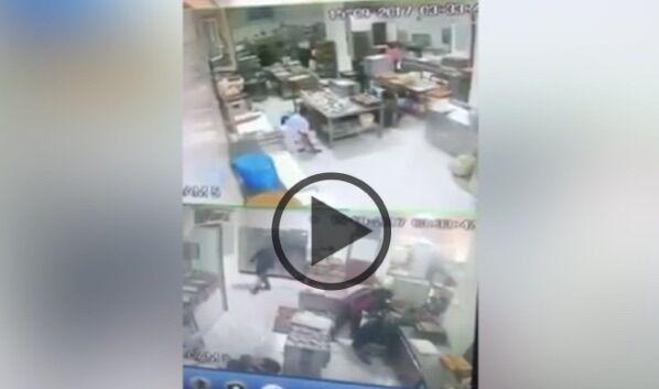 Napoli, assalto armato in pasticceria: violento raid per rubare cornetti e pizzette. VIDEO