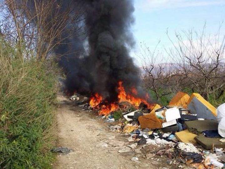 Qualiano, pensionato beccato ad incendiare rifiuti: arrestato