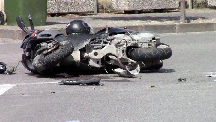 Scooter contro auto in sosta nel napoletano: feriti due giovani
